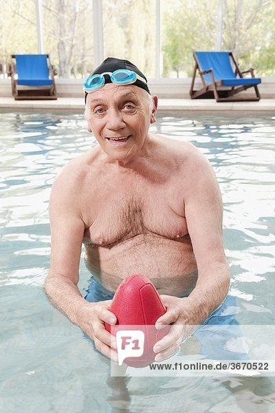 Portrait Mann Schwimmbad Ball Spielzeug spielen Rugby