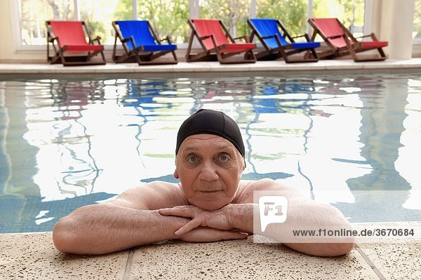 Portrait Mann Schwimmbad
