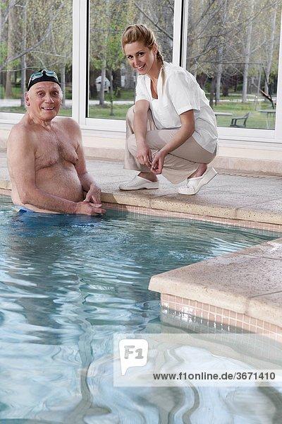 Portrait Mann arbeiten Gesundheit Beckenrand Schwimmbad