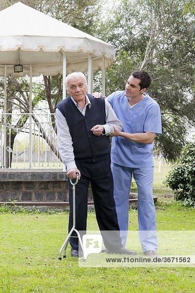 Patientin gehen Hilfe arbeiten Gesundheitspflege