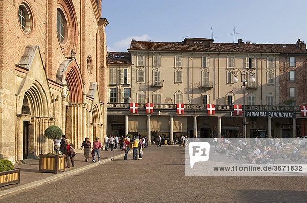 Asti Piemont Piemonte Italien mit Fahnen geschmückte Piazza San Secondo mit der Kirche San Secondo