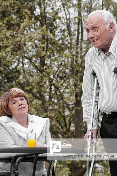 benutzen Mann Unterarmgehstütze Behinderung