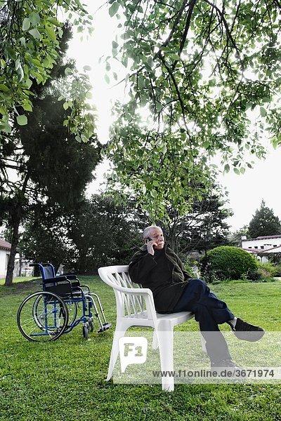 Handy sitzend Mann sprechen Stuhl Kurznachricht