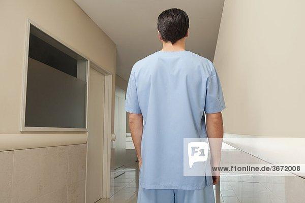 Rückansicht des Chirurgen