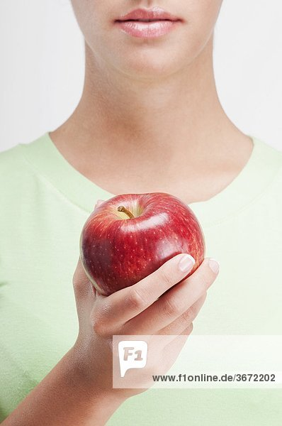 Nahaufnahme einer Frau hält eine red apple