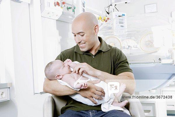 Neugeborenes neugeboren Neugeborene Mann tragen Baby