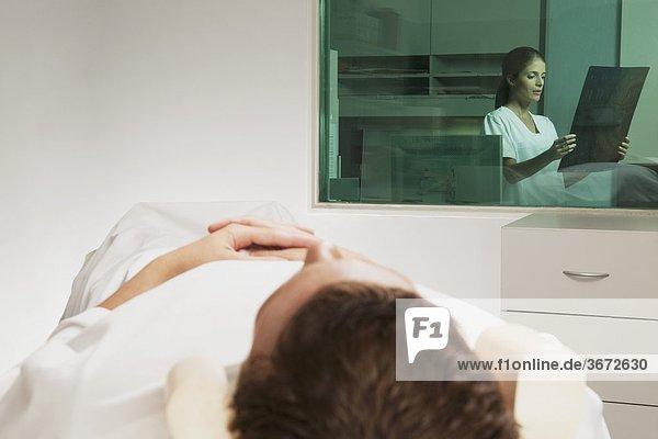 Krankenschwester examining MRI Scan eines Patienten