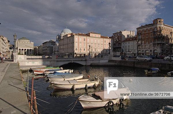 Triest Trieste Friaul Julisch-Venetien Italien am Canale Grande mit der Kirche San Antonia Nuovo von Peter Nobile erbaut 1808