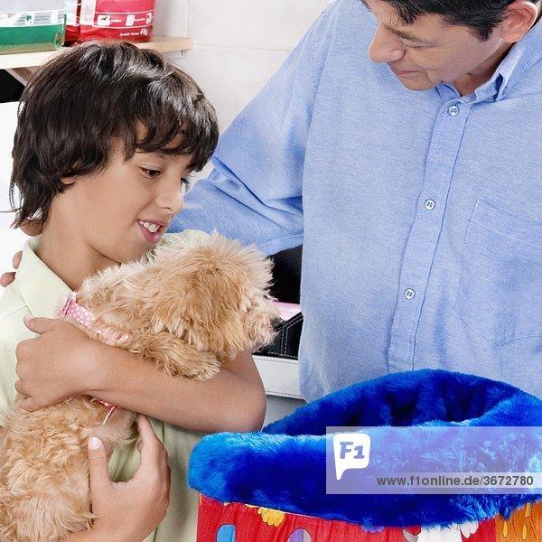 Mann mit seinem Sohn ein Haustier Bett in einem Supermarkt zu kaufen