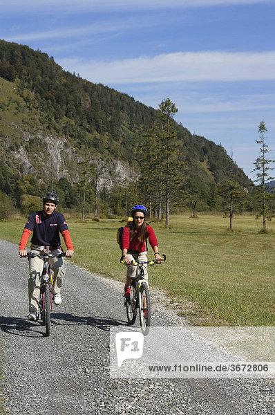 Radfahrer Radwanderer an der Loisach bei Eschenlohe Oberbayern Deutschland