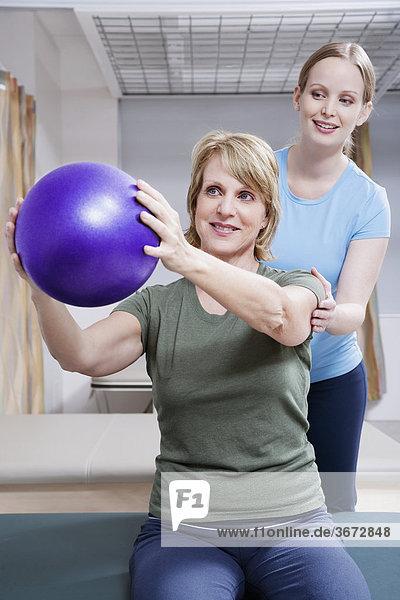 Physiotherapeut Unterstützung ein Patienten bei der Ausübung