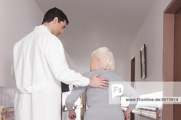 Frau gehen Hilfe Arzt