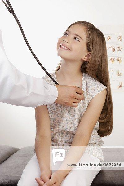 Arzt Eine Mädchen Mit Einem Stethoskop Untersuchung 8 9