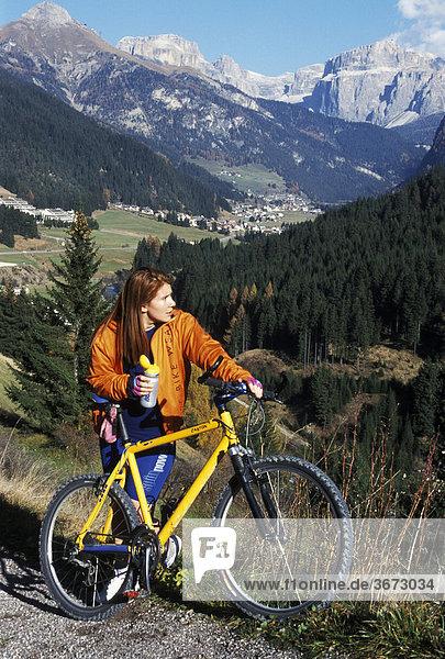 Mountainbiker im Fassatal Südtirol Trentino Italien bei Pozza di Fassa vor den Dolomiten