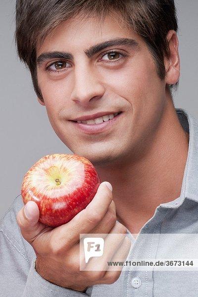 Porträt eines Mannes einen Apfel Essen