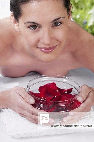 liegend liegen liegt liegendes liegender liegende daliegen Portrait Frau halten Massage Blütenblatt Tisch Rose