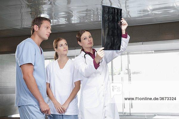 Ärzte untersucht einen x-ray-Bericht