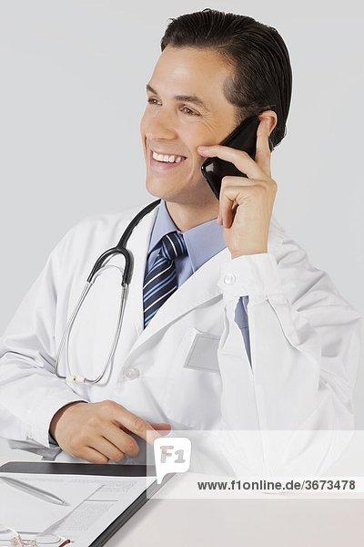 Arzt sprechen auf einem Mobiltelefon