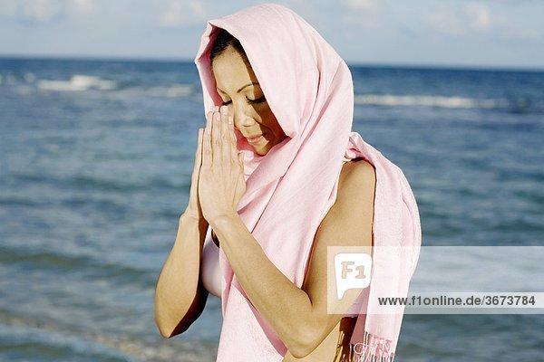 Frau meditieren am Meer
