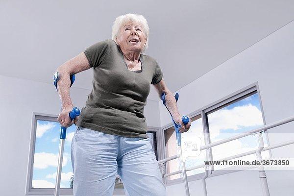 niedrig benutzen Frau Ansicht Flachwinkelansicht Winkel Unterarmgehstütze