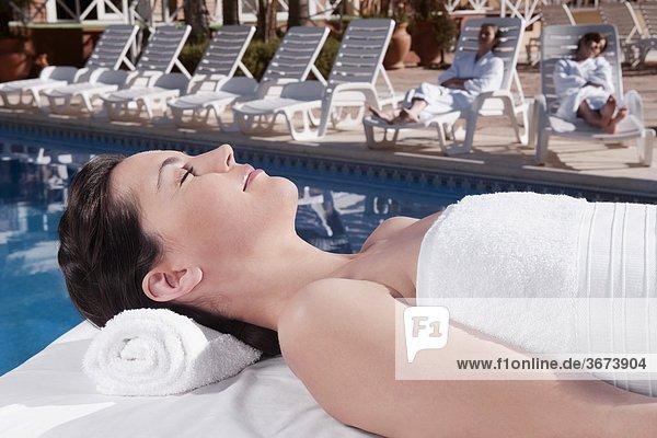 liegend liegen liegt liegendes liegender liegende daliegen Frau Massage Tisch