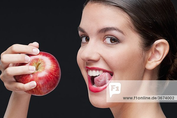 Frau einen roten Apfel Essen und lecken Lippen mund