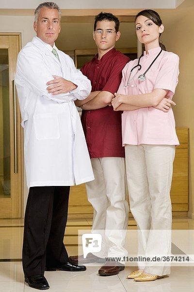 Porträt von einem ständigen mit zwei männlichen Ärzten ärztin