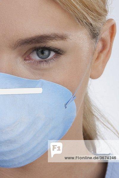 Ärztin mit einer Grippe-Maske