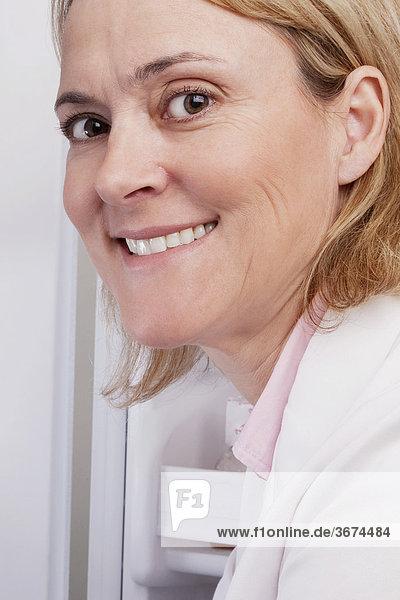Porträt eines in einem Labor lächelnd ärztin