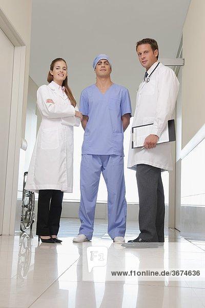 Drei Ärzten zusammen stehen