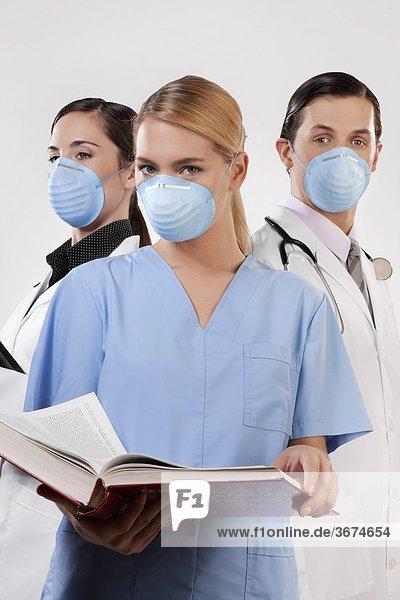 Portrait von Ärzten tragen Grippe Masken