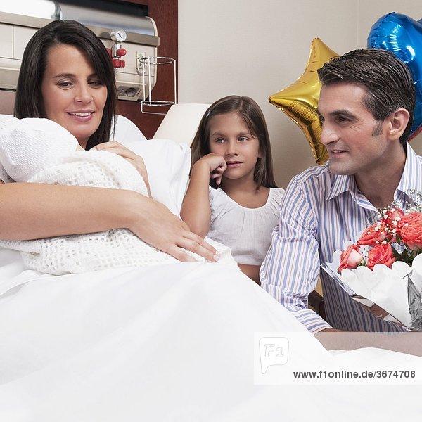 Paar mit ihren Neugeborenen Baby in einem Krankenhaus