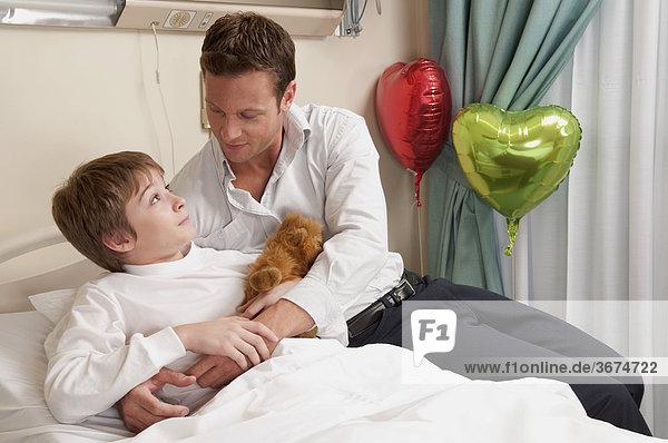 Vater mit seinem Sohn in einem Krankenhaus