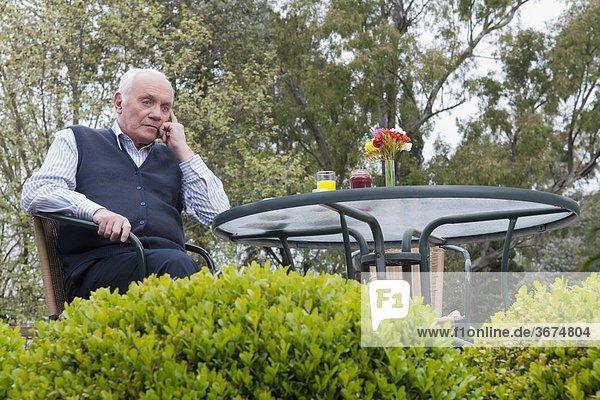 sitzend Mann denken Garten