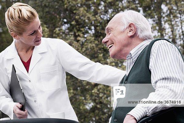 Mann lächeln Arzt