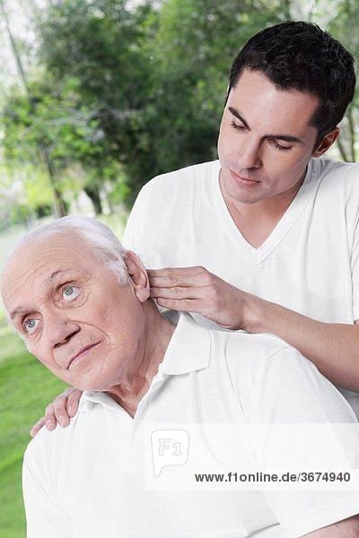 Mann Physiotherapie Untersuchung