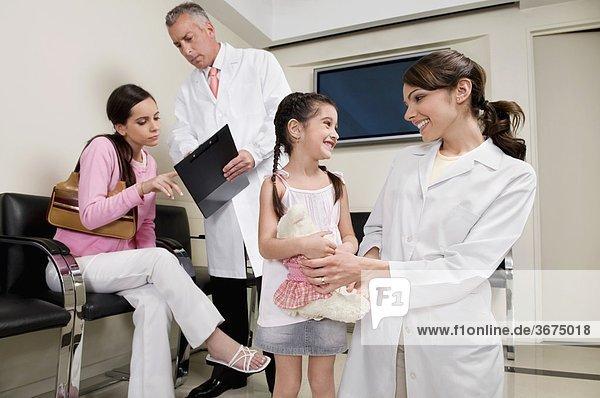 Männliche und weibliche Arzt mit Patienten