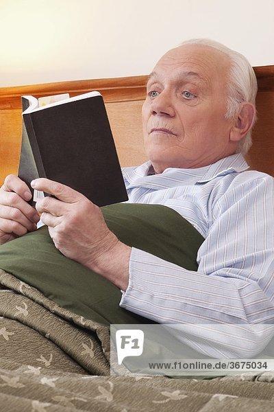 Mann Buch Wohnhaus Sorge Taschenbuch vorlesen