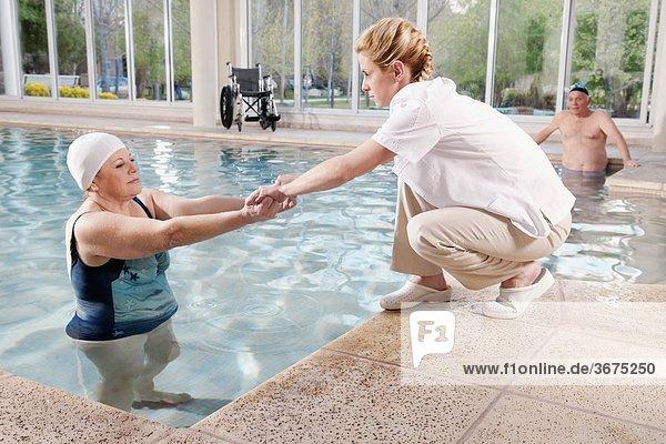 Frau Hilfe arbeiten Gesundheit Schwimmbad