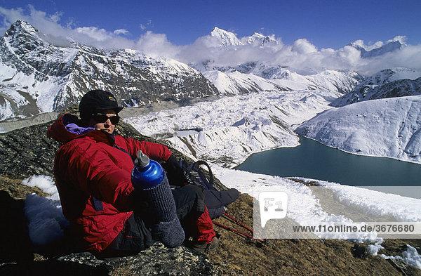 Bergsteigerin bei einer Rast im Aufstieg zum Gokyo Ri Nepal