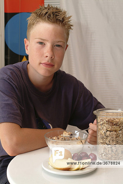 Junge isst müsli
