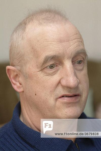 Mann mit haarausfall nach Chemotherapie