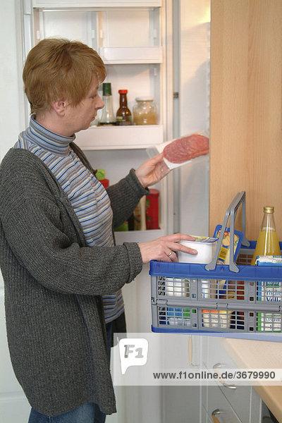 Frau an gefrierschrank kühlschrank