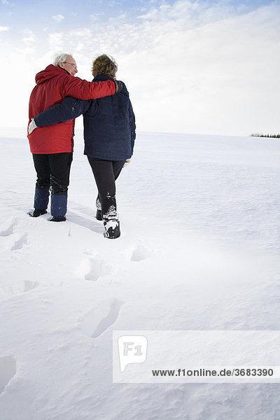 Seniorenpaar im Schnee