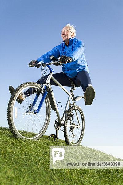 Senior Mann auf dem Mountainbike