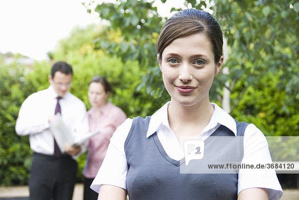 Portrait von Frauen mit Mitarbeitern