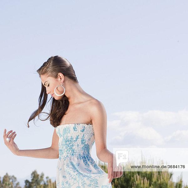 Schöne junge Frau in blumigem Kleid