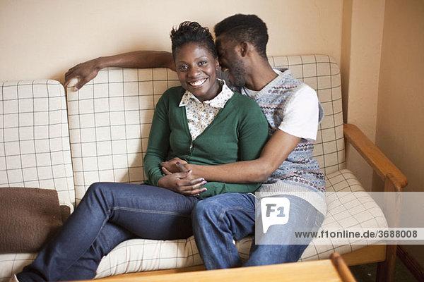 Ein junges  liebevolles Paar  das sich auf einer Couch ausruht