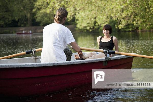 Ein junges Paar im Ruderboot