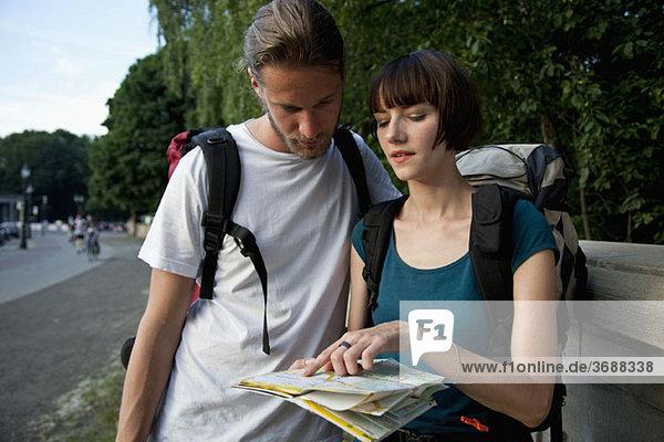 Ein junges Backpacker-Paar auf dem Stadtplan